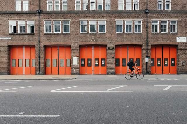 Orange Tore mit Radfahrer